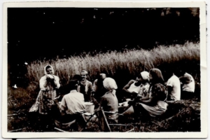 1961-posilek-ludwika-pulit-w-bialej-chustce-na-glowie
