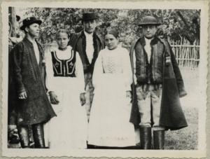 3-grupa-mlodziezy-w-strojach-ludowych-czerniec-pow-nowy-sacz-fot-seweryn-udziela-1904-r-archiwum-muzeum-etnograficznego-w-krakowie