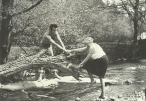 autor-z-maria-kownacka-nad-rzeka-kamienica-kolo-zabrzezy-maj-1971