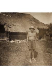 jan-rostocki-w-czarnym-potoku-w-tle-stodola-rodzicow-po-1945-r