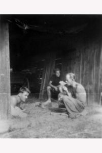 przed-stodola-rostockich-maciej-rostocki-antoni-rostocki-boleslaw-faron-lata-50-ub-w