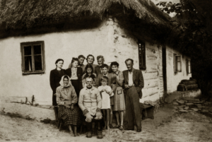 rodzice-anna-i-michal-z-rodzina-pierwszy-z-prawej-jan-rostocki-czasy-okupacji